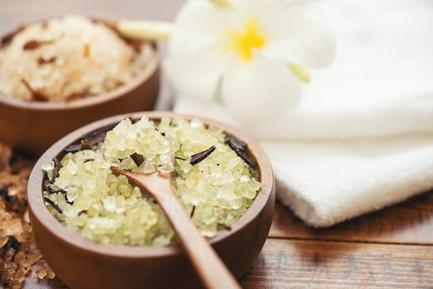 Zusammensetzung der spa-behandlung. naturkosmetik mit rosa himalaya-spa-salz. meeresbadesalz für spa-entspannung auf hölzernem hintergrund.