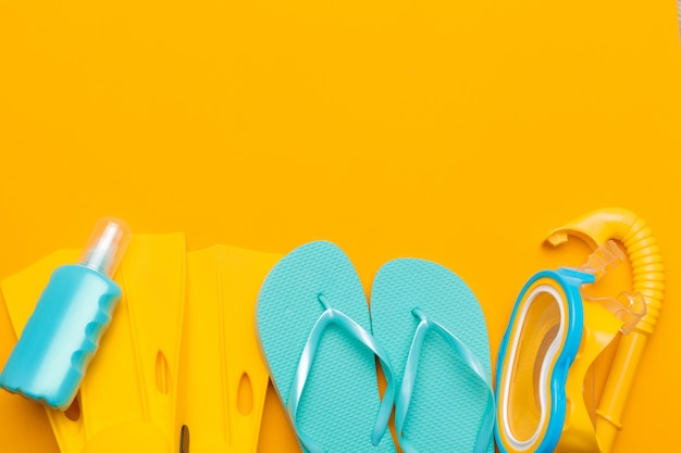 Zusammensetzung der strandkleidung und des zubehörs auf gelb