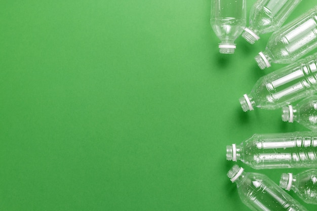 Zusammensetzung der verschmutzung durch plastikmüll. sortieren und recyceln. einweg-plastikflaschen für wasser. ökologisches konzept.