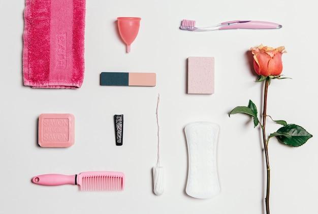 Zusammensetzung der weiblichen intimhygiene über weißem hintergrund. von oben betrachten.