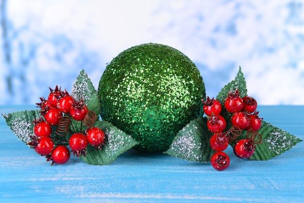 Zusammensetzung der weihnachtsdekoration auf dem tisch auf hellem hintergrund