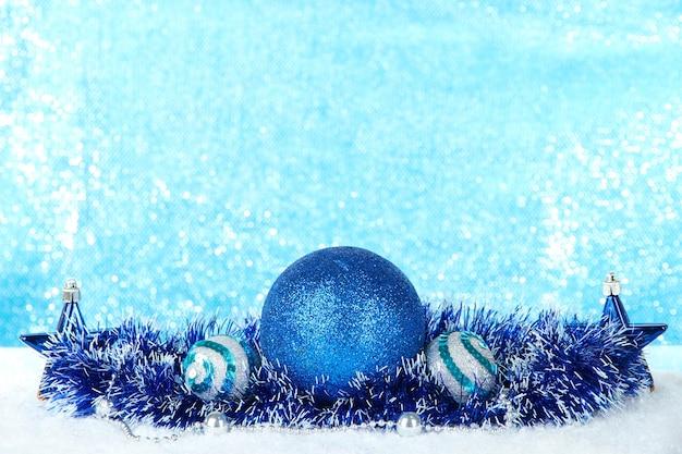 Zusammensetzung der weihnachtsdekoration auf hellblauem hintergrund