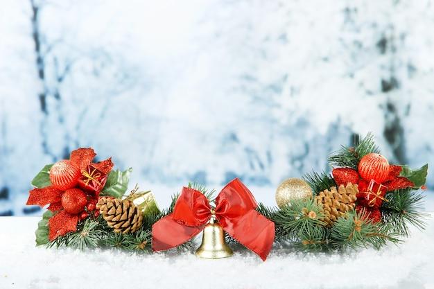 Zusammensetzung der weihnachtsdekoration auf hellem winterhintergrund