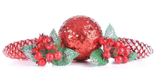 Zusammensetzung der weihnachtsdekorationen lokalisiert auf weiß