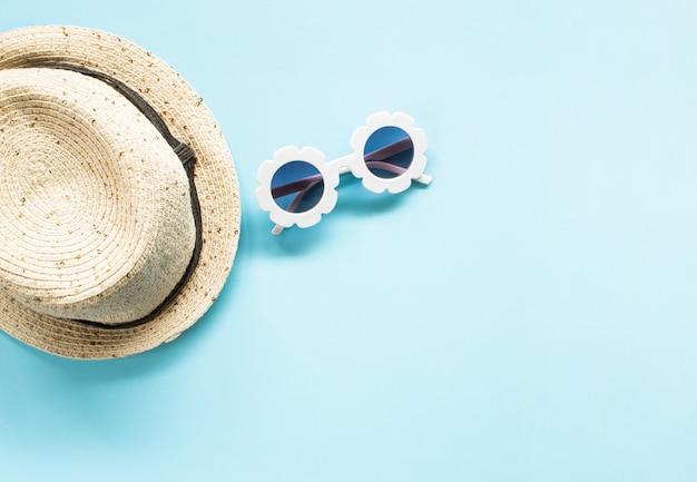 Zusammensetzung der weißen modernen sonnenbrille und mehr elemente auf blau