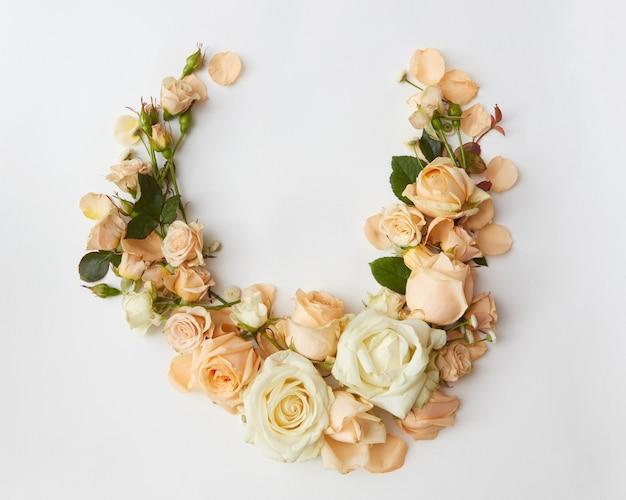 Zusammensetzung der weißen und gelben rosen über weißem hintergrund.