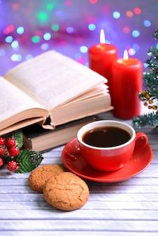 Zusammensetzung des buches mit tasse kaffee und weihnachtsdekorationen auf dem tisch auf hellem hintergrund