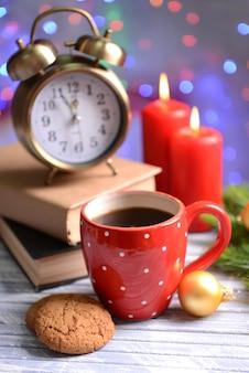 Zusammensetzung des buches mit tasse kaffee und weihnachtsdekorationen auf dem tisch