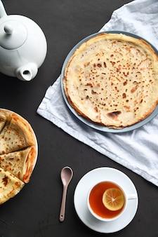 Zusammensetzung des frühstückstisches. pfannkuchen, tee,