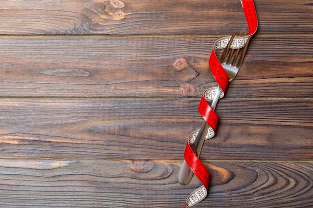 Zusammensetzung des gekräuselten eingewickelten messenden bands und der gabel