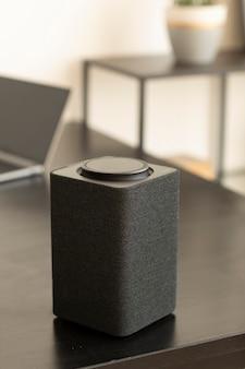 Zusammensetzung des intelligenten lautsprechers auf dem tisch