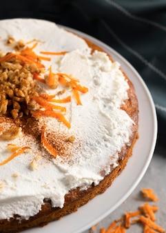 Zusammensetzung des köstlichen gesunden desserts mit karotte