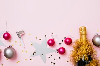 Zusammensetzung des neuen Jahres des glänzenden Flitters mit Flasche