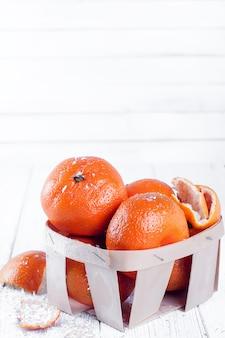 Zusammensetzung des neuen jahres im korb mit mandarinen