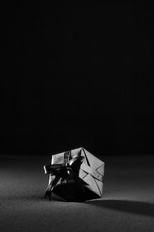 Zusammensetzung des schwarzen freitagsgeschenks auf schwarzem hintergrund