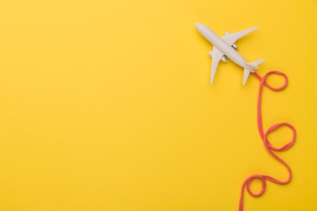 Zusammensetzung des spielzeugflugzeugs mit rosa fluglinie