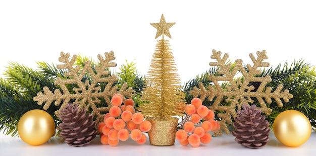 Zusammensetzung des weihnachtsschmucks isoliert auf weiß