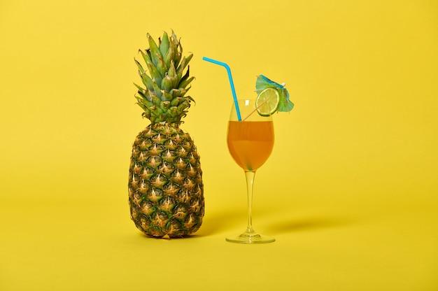 Zusammensetzung einer ananas und köstlichen saft in glas dekoriert