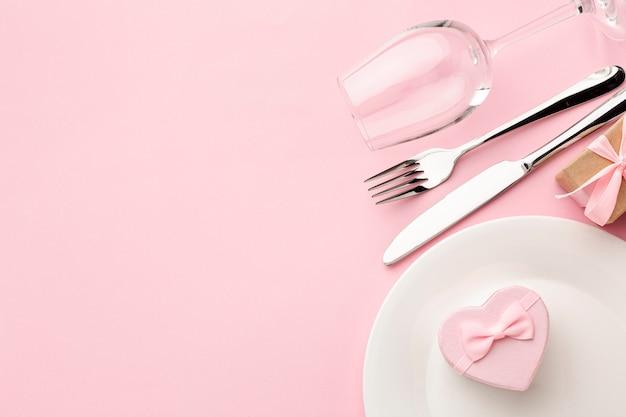 Zusammensetzung für valentinstagabendessen auf rosa hintergrund mit kopienraum