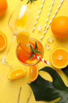 Zusammensetzung mit aperol spritz cocktail auf gelb