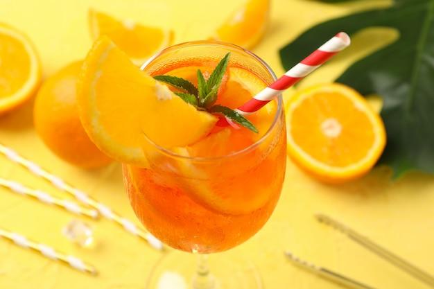 Zusammensetzung mit aperol-spritz-cocktail auf gelbem hintergrund