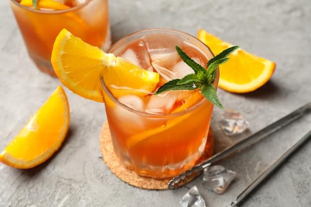 Zusammensetzung mit aperol-spritz-cocktail auf grauem hintergrund