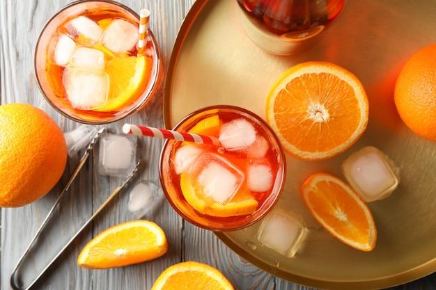 Zusammensetzung mit aperol-spritz-cocktail auf hölzernem hintergrund