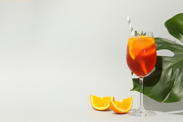 Zusammensetzung mit aperol-spritz-cocktail auf weißem hintergrund