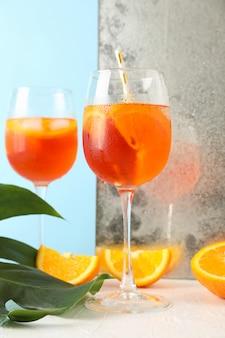Zusammensetzung mit aperol spritz cocktail auf weißem tisch
