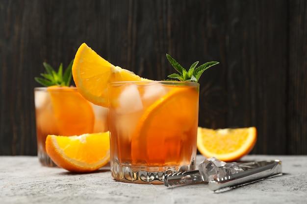 Zusammensetzung mit aperol-spritz-cocktail gegen hölzernen hintergrund