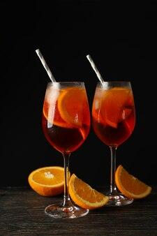 Zusammensetzung mit aperol spritz cocktail gegen schwarz