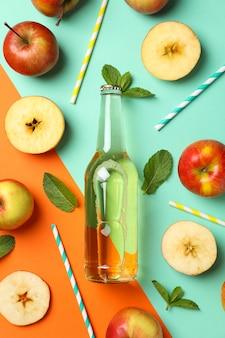 Zusammensetzung mit apfelwein, äpfeln und strohhalmen