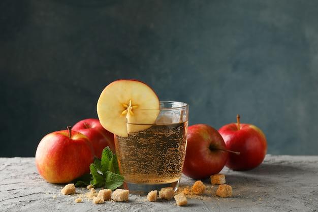 Zusammensetzung mit apfelwein, zucker und äpfeln auf grauem tisch