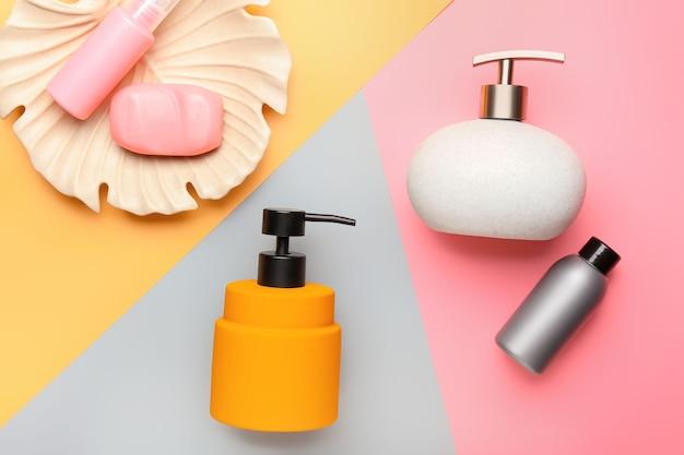 Zusammensetzung mit badzubehör und kosmetik auf farbe