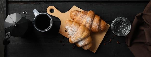 Zusammensetzung mit croissants auf hölzernem hintergrund, draufsicht