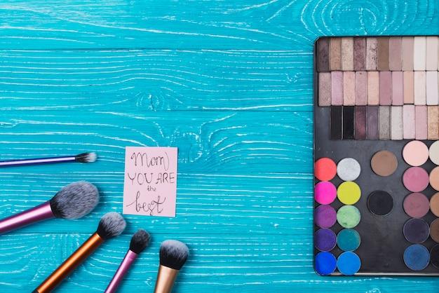 Zusammensetzung mit einem satz von make-up und notiz für muttertag