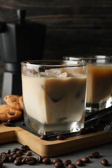 Zusammensetzung mit eiskaffee und keksen auf holz