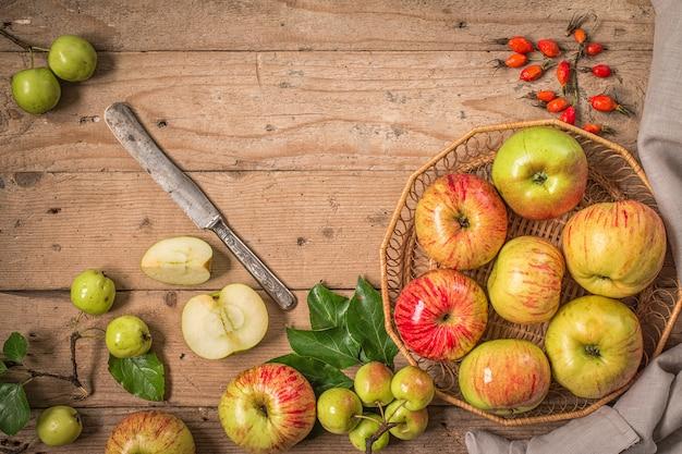 Zusammensetzung mit frischen äpfeln auf altem holztisch