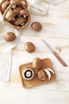 Zusammensetzung mit frischen champignonpilzen auf dem tisch