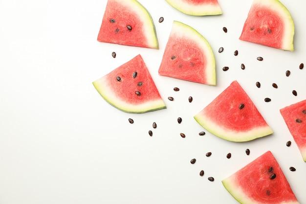 Zusammensetzung mit frischen wassermelonenscheiben auf weißem raum, draufsicht