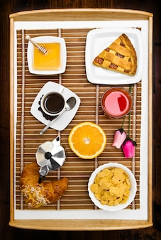 Zusammensetzung mit frühstück auf dem tisch