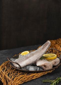 Zusammensetzung mit gefrorenem fisch auf dem tisch