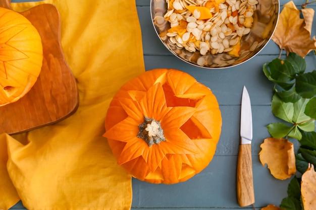 Zusammensetzung mit halloween-kürbis auf tisch