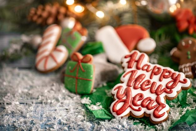 Zusammensetzung mit hellen weihnachtlich glasierten lebkuchenplätzchen mit bokeh. basteln sie hausaufgabenplätzchen für weihnachten.