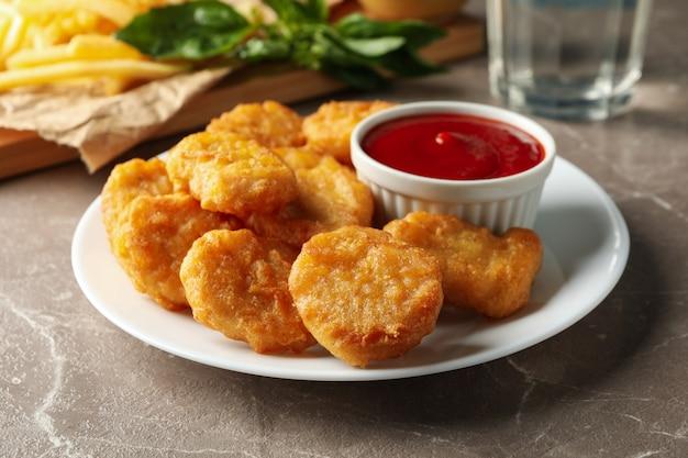 Zusammensetzung mit hühnernuggets, kartoffeln und saucen