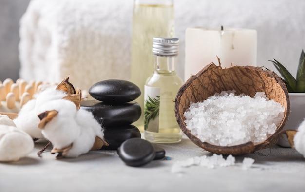 Zusammensetzung mit kerzen, spa-steinen und salz auf beton