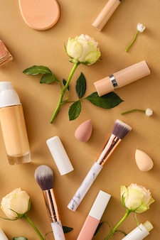 Zusammensetzung mit kosmetika und frühlingsblumen auf farbe