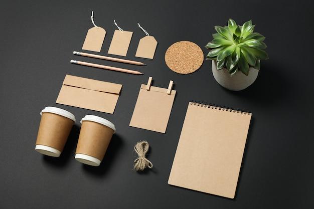 Zusammensetzung mit leerem briefpapier und sukkulente auf schwarzem hintergrund