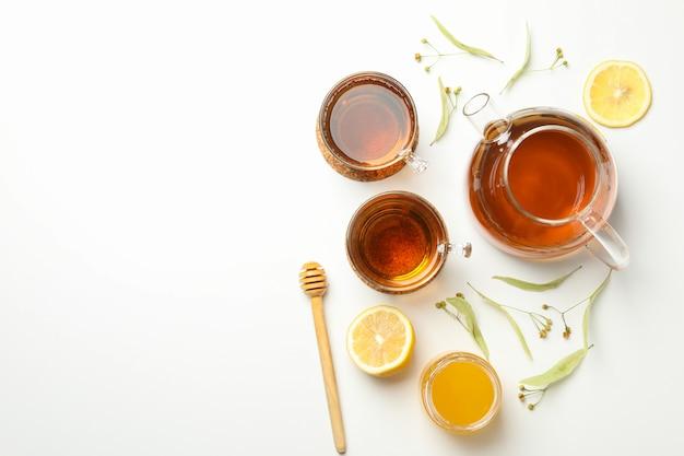 Zusammensetzung mit linden-tee auf weißer draufsicht. natürlicher tee