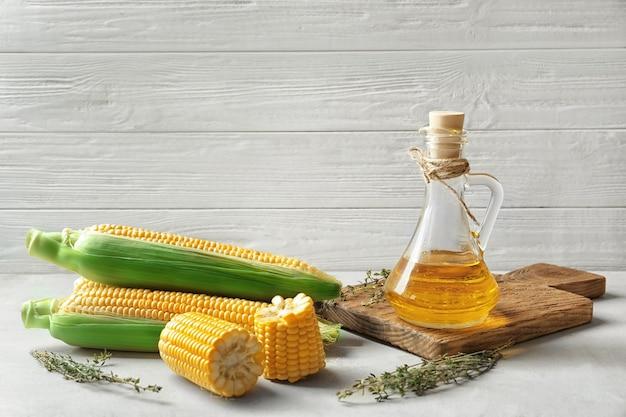 Zusammensetzung mit maisöl und kräutern auf licht